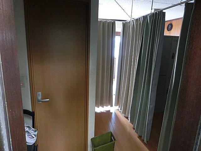 何か便所臭い更衣室です。
