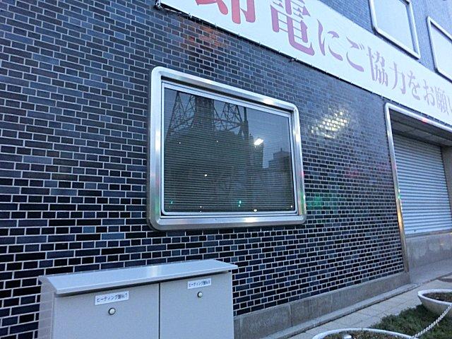 厳寒対策の施された北電本社ビルの窓。