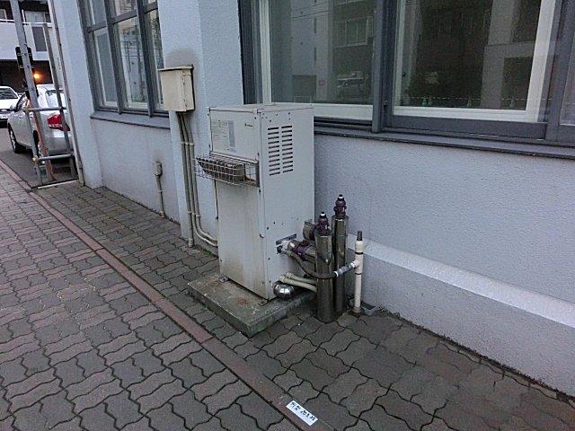 リンナイの営業所で目撃した屋外設置のボイラー装置です。