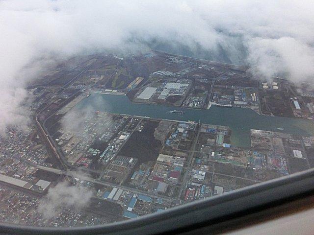 先ほどまで滞在していた苫小牧市の上空を飛ぶ。