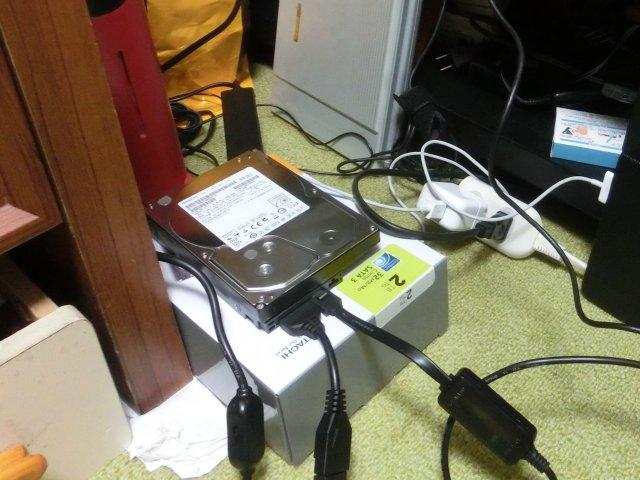S-ATA-HDDにクローンコピーをしているところ。