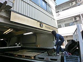 トラックの荷台を利用して玄関口しめ飾りを供えます。