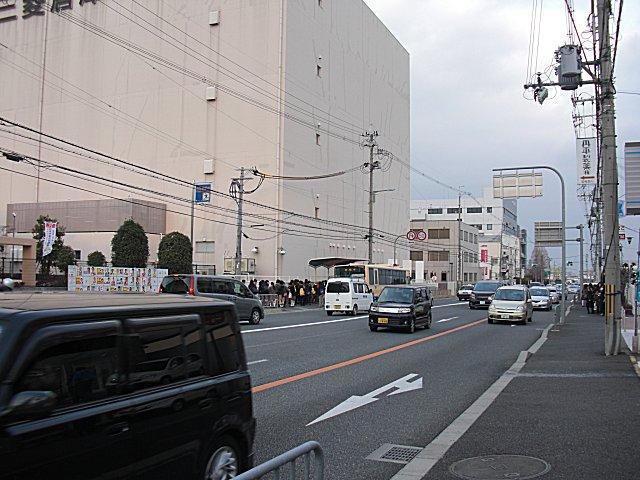 帰りの受験生で混み合う豊川一丁目バス停。