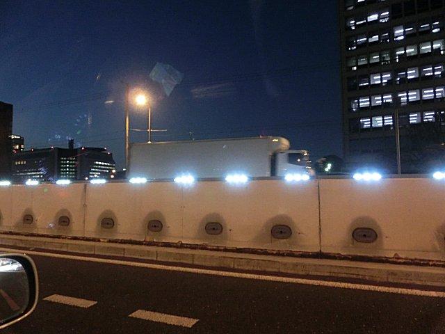 まだまだ使えるナトリウム灯をわざわざ輝度不足のLED灯に変えた阪神高速です。