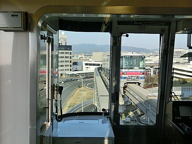 大阪モノレールの運転台は右側です。
