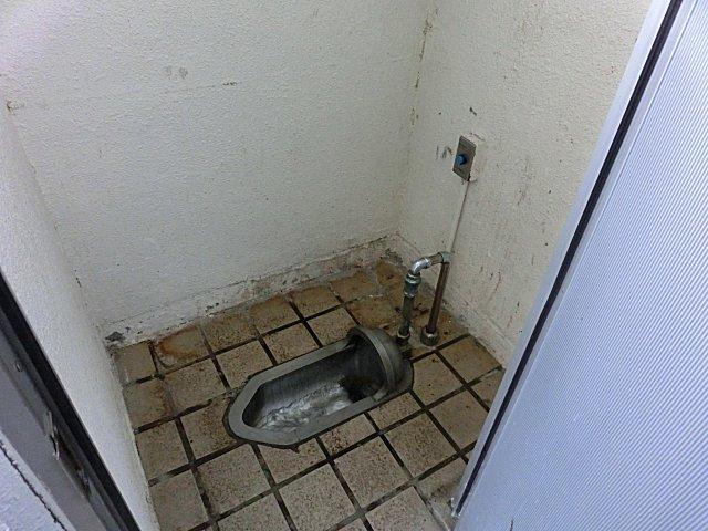 列車のアルミ便器をそのまま持ってきた様なサッポロビール庭園駅前のトイレです。