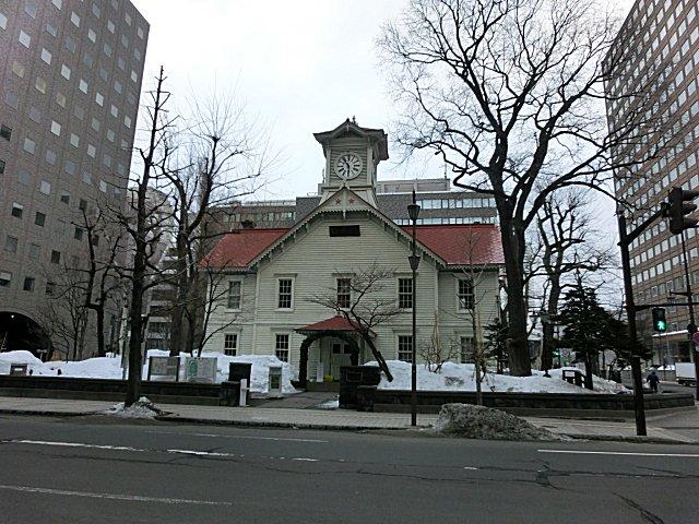 札幌時計台で6時の時報を聞く。
