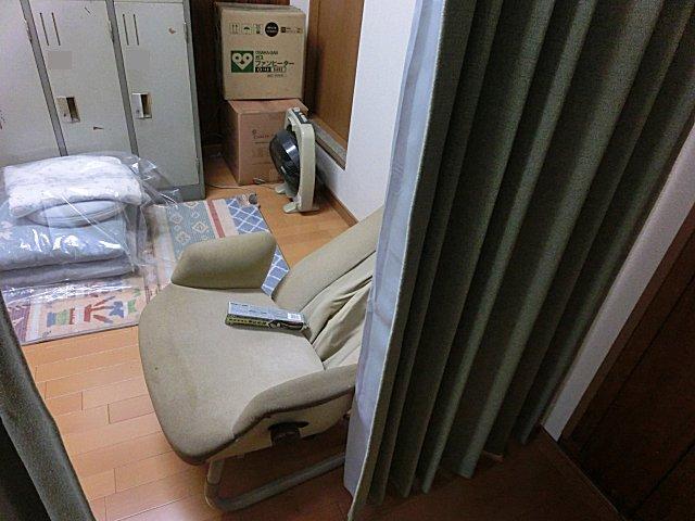くだんのあんま椅子は無事に更衣室に納まりました。