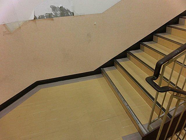 階段踊り場がボロのダイエー吹田店。
