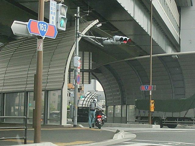 赤信号逃れのミニバイク。