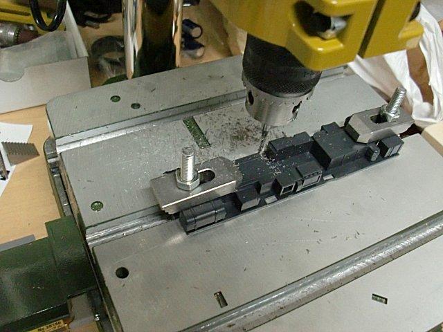 カツミの床下パーツをフライス旋盤で加工します。
