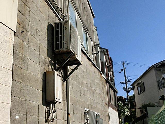 危険なブロック塀の大型室外機。