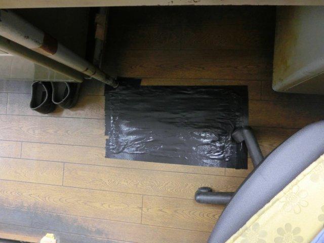床シートを補修。