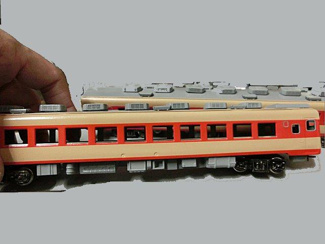 サッシ窓金具パーツを取り付けたキハ58。