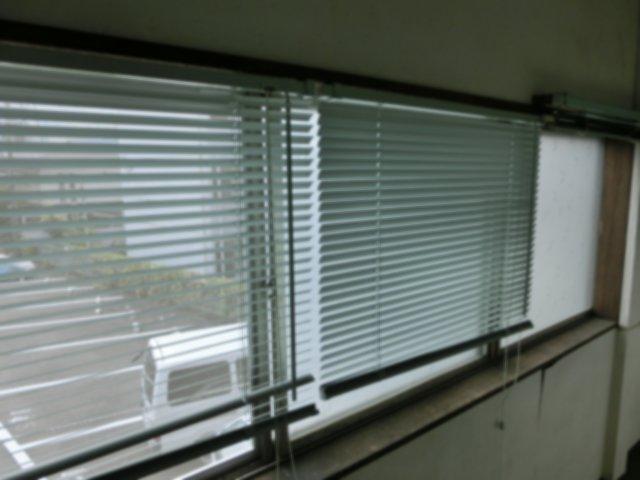 外したブラインドは玄関の窓に移設しました。