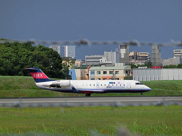 福島へ飛び立つIBEXのCRJ200です。