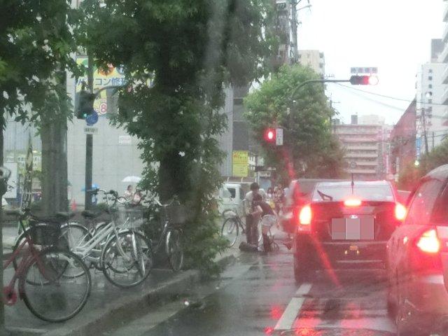 自転車の雨中転倒は迷惑で危険。