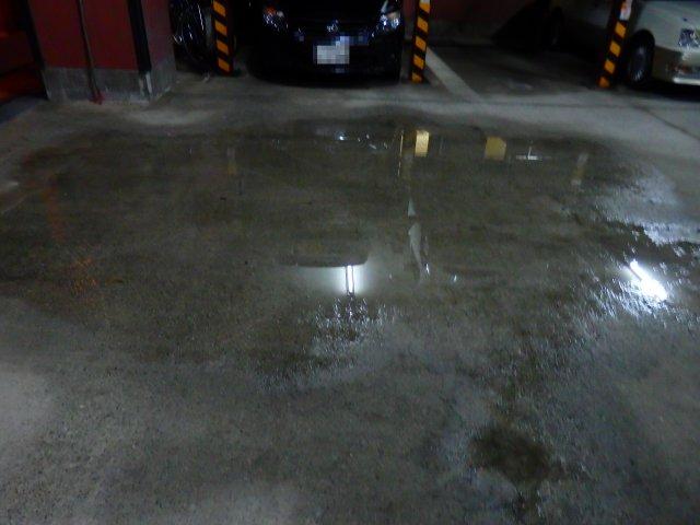 水溜りの残る駐車場。