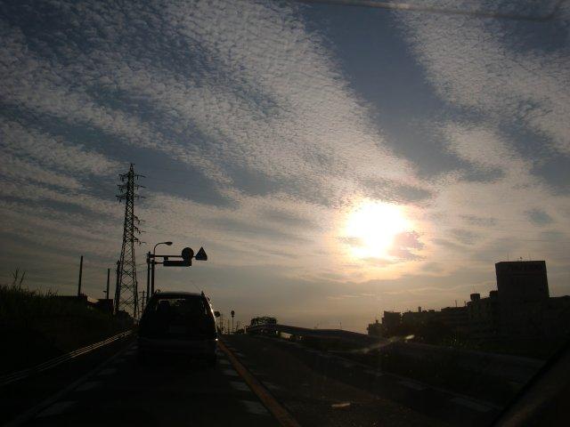 うろこ雲が綺麗な中、出社です。