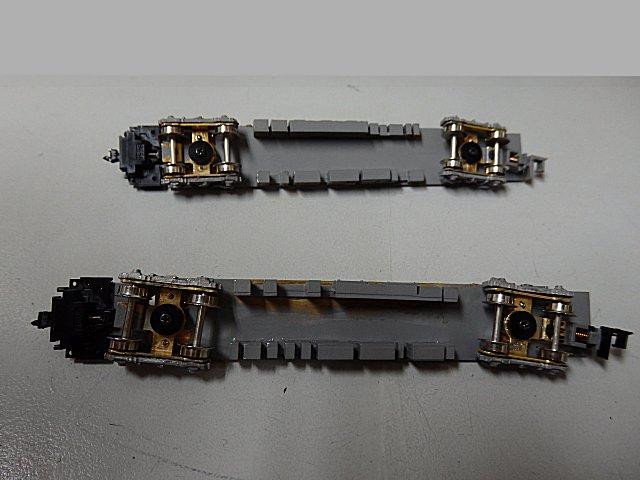 台車ボルスターから突き出たピンが集電板に接触して給電します。