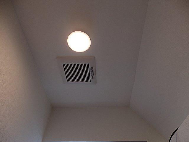 天井灯はLED式シーリングライトです。