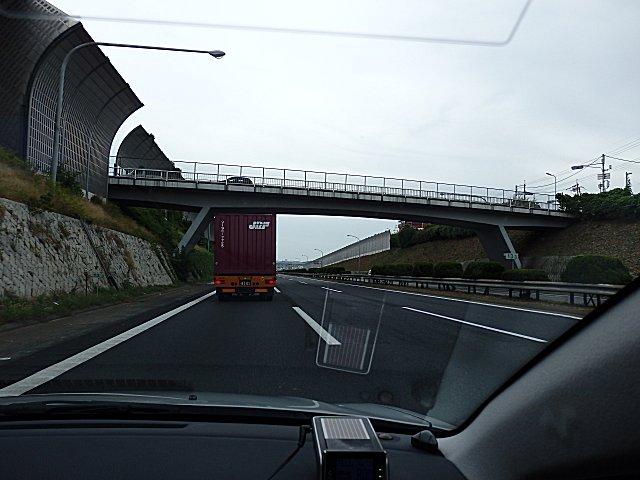先般、自転車投げ落としのあった陸橋です。