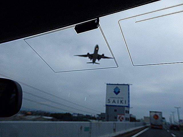 間近にB777-200の着陸を見ました。