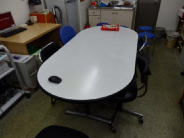 午前中の検診会場が午後には会議室に早変わりです。