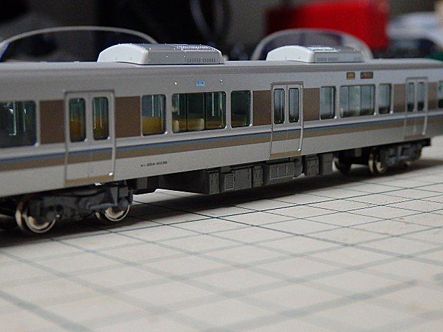 モハ224-6036に弱冷車シールを貼り付け。