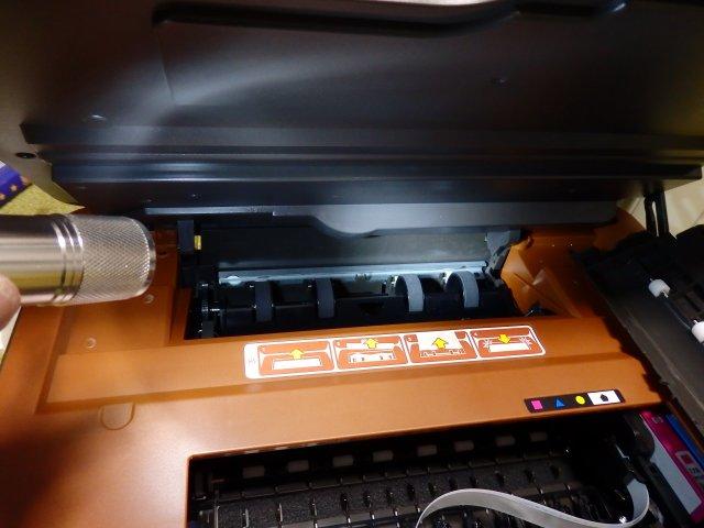メンテナンスハッチを開けると詰まった紙が見えてきます。