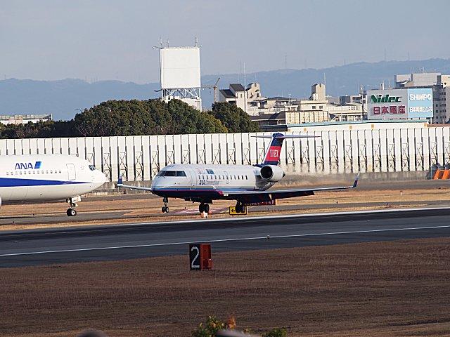 RWY32Lに着陸したIBEXのCRJ200です。