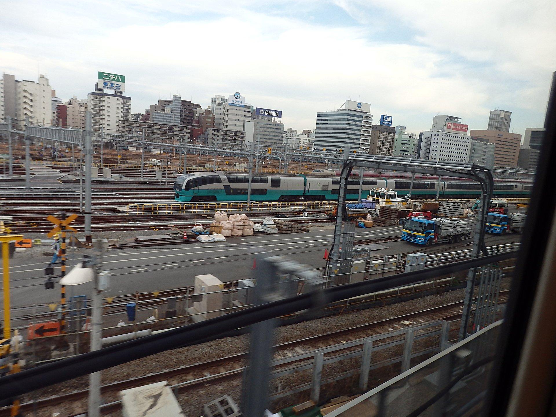 田町車両基地のスーパービュー踊り子と向こう側にサンライズです。