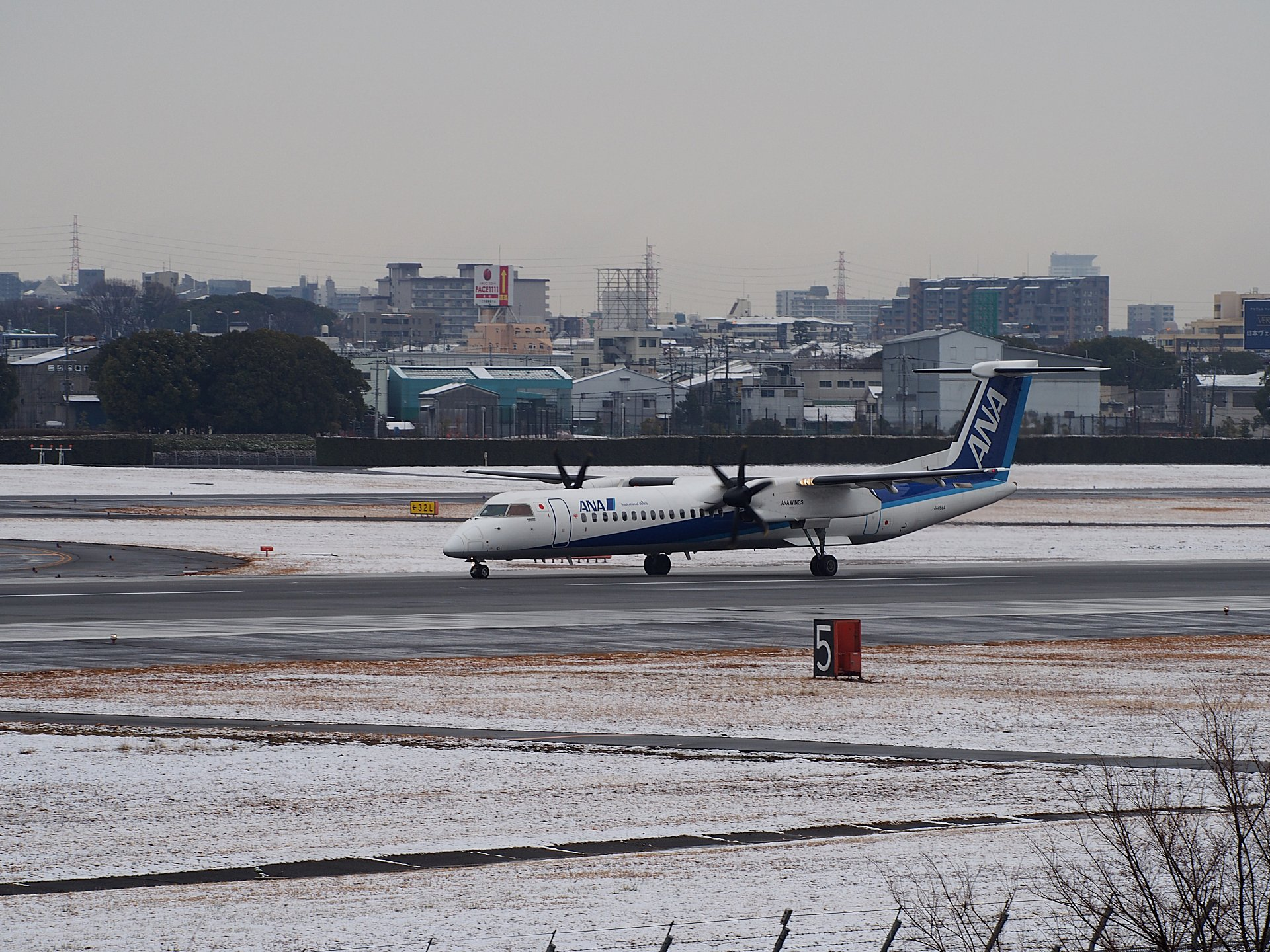 ANA DHC-8-Q400(JA843A)の着陸(32L)。