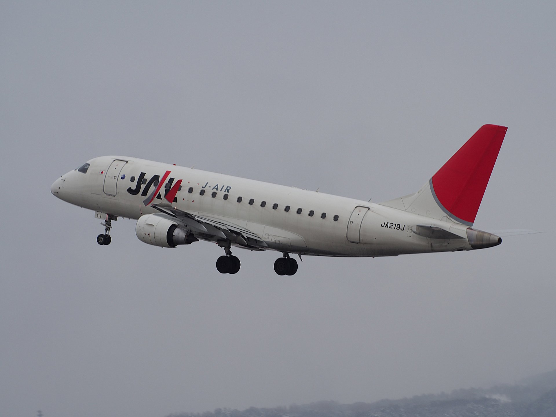 J-AIR(JAL) E170(JA219J)の離陸(32L)。