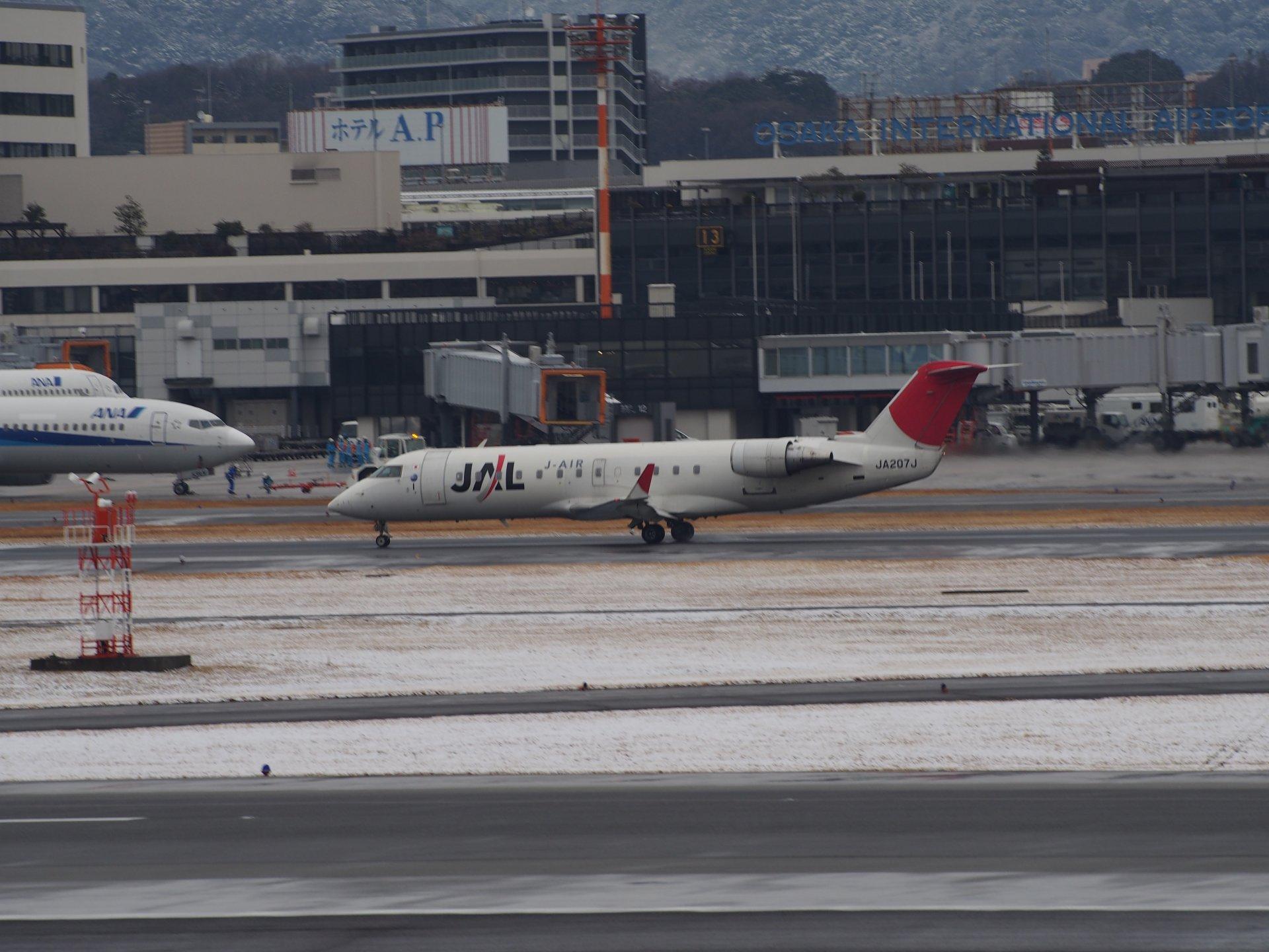 JAL CRJ200(JA207J)の離陸(32R)。