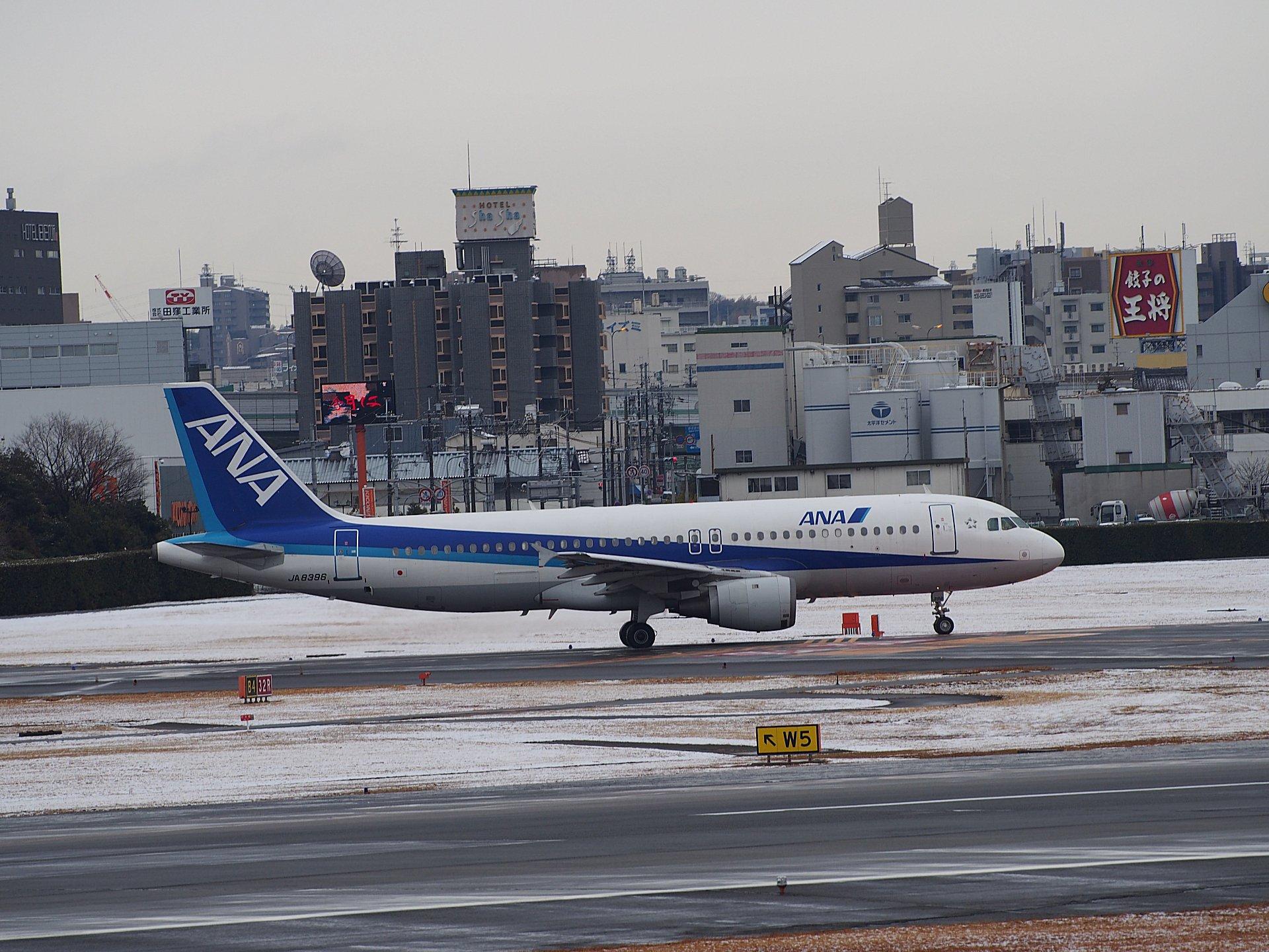 少なくなったANA A320-211(JA8396)のタクシング。