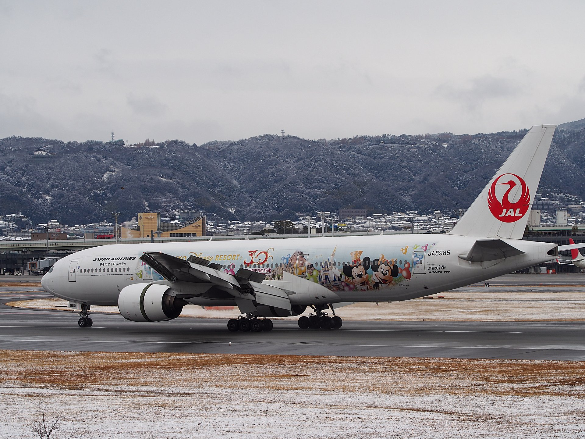 JAL HAPPINESS EXPRESS B777-200(JA8985)の着陸(32L)。