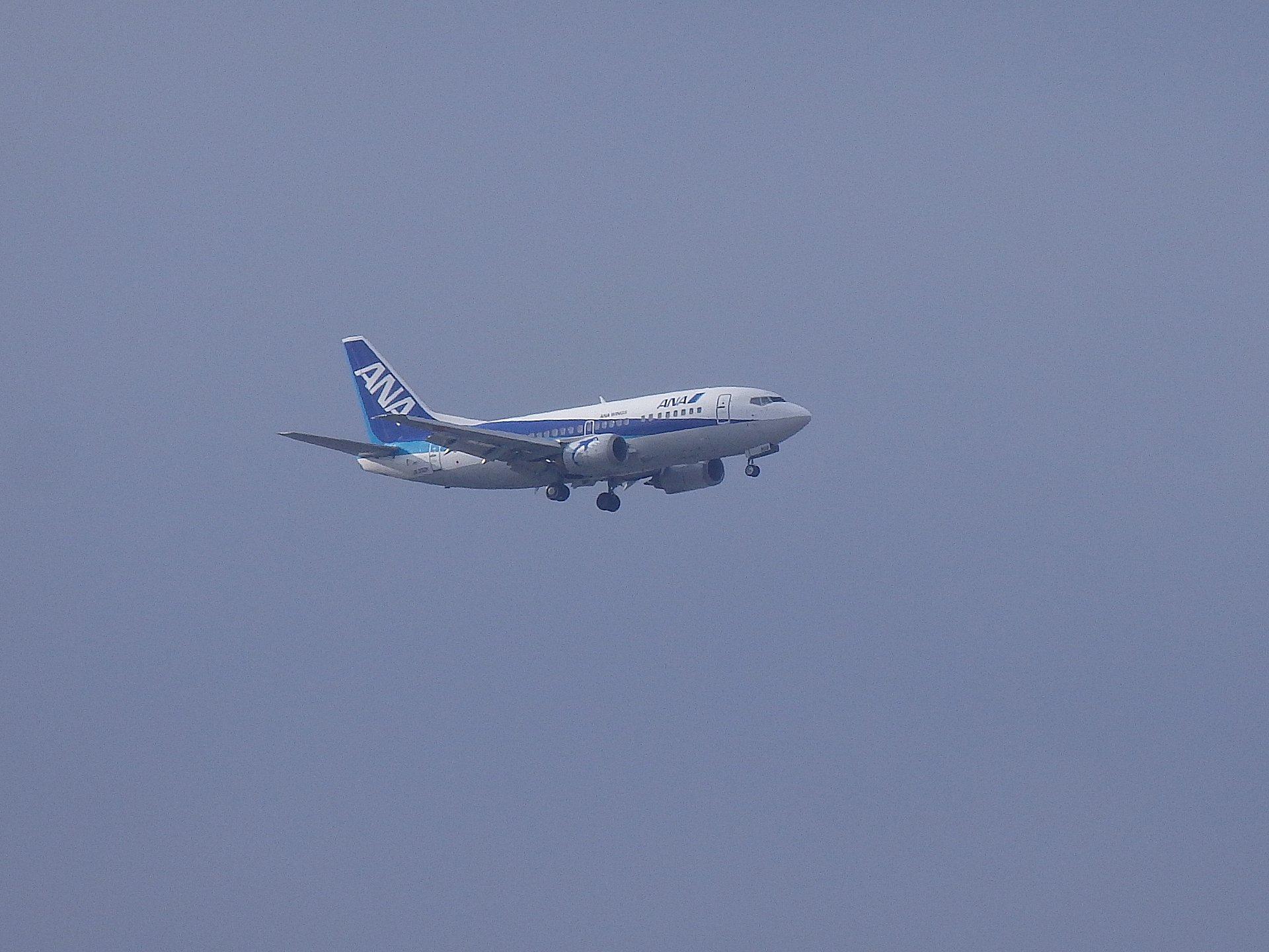 伊丹に着陸進入するB737−500です。