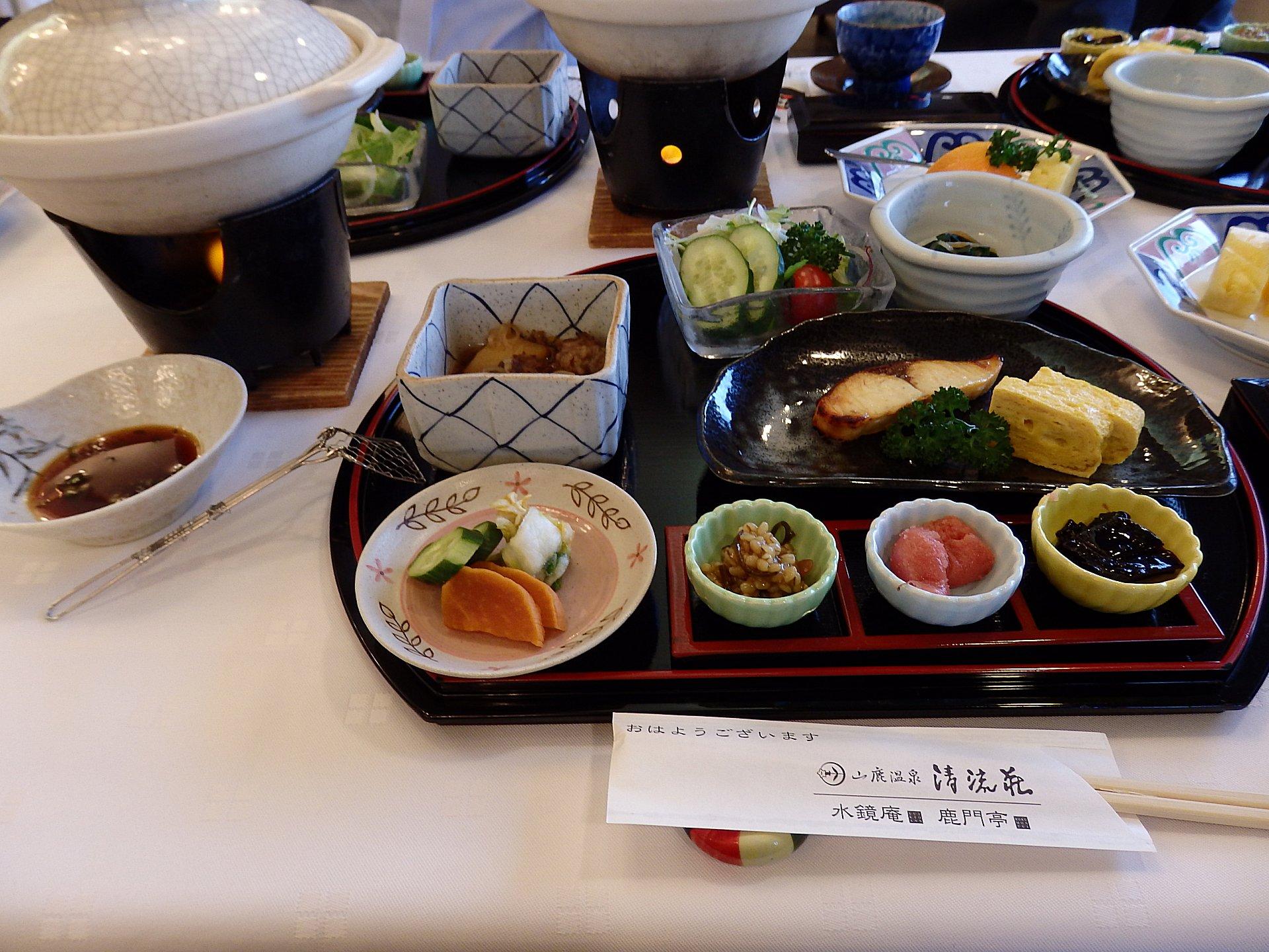 豪華な山鹿温泉郷旅館の朝食。