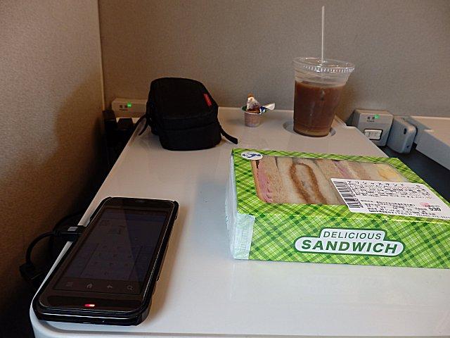 昼食はサンドイッチです。