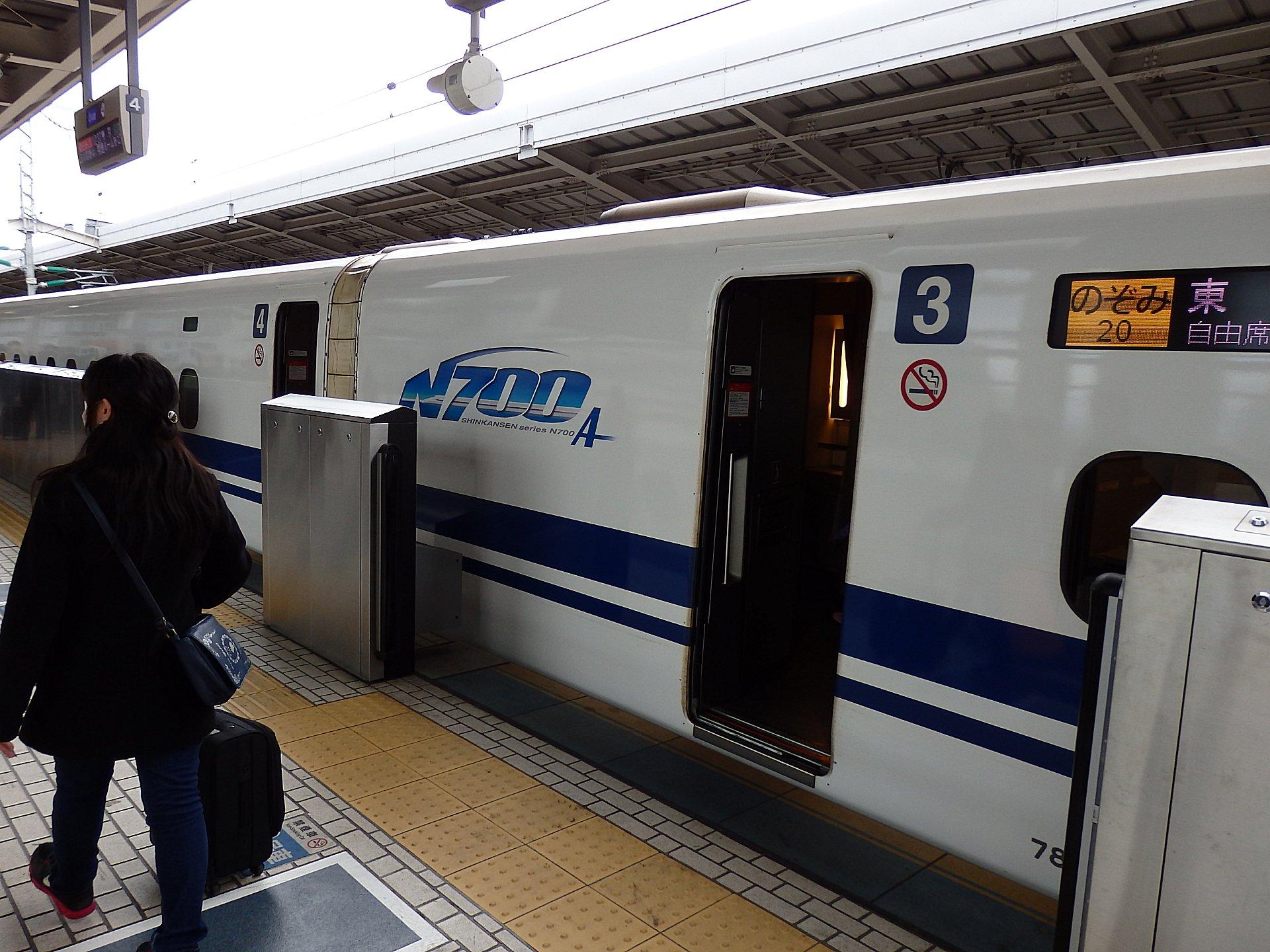 新大阪27番線ホームです。