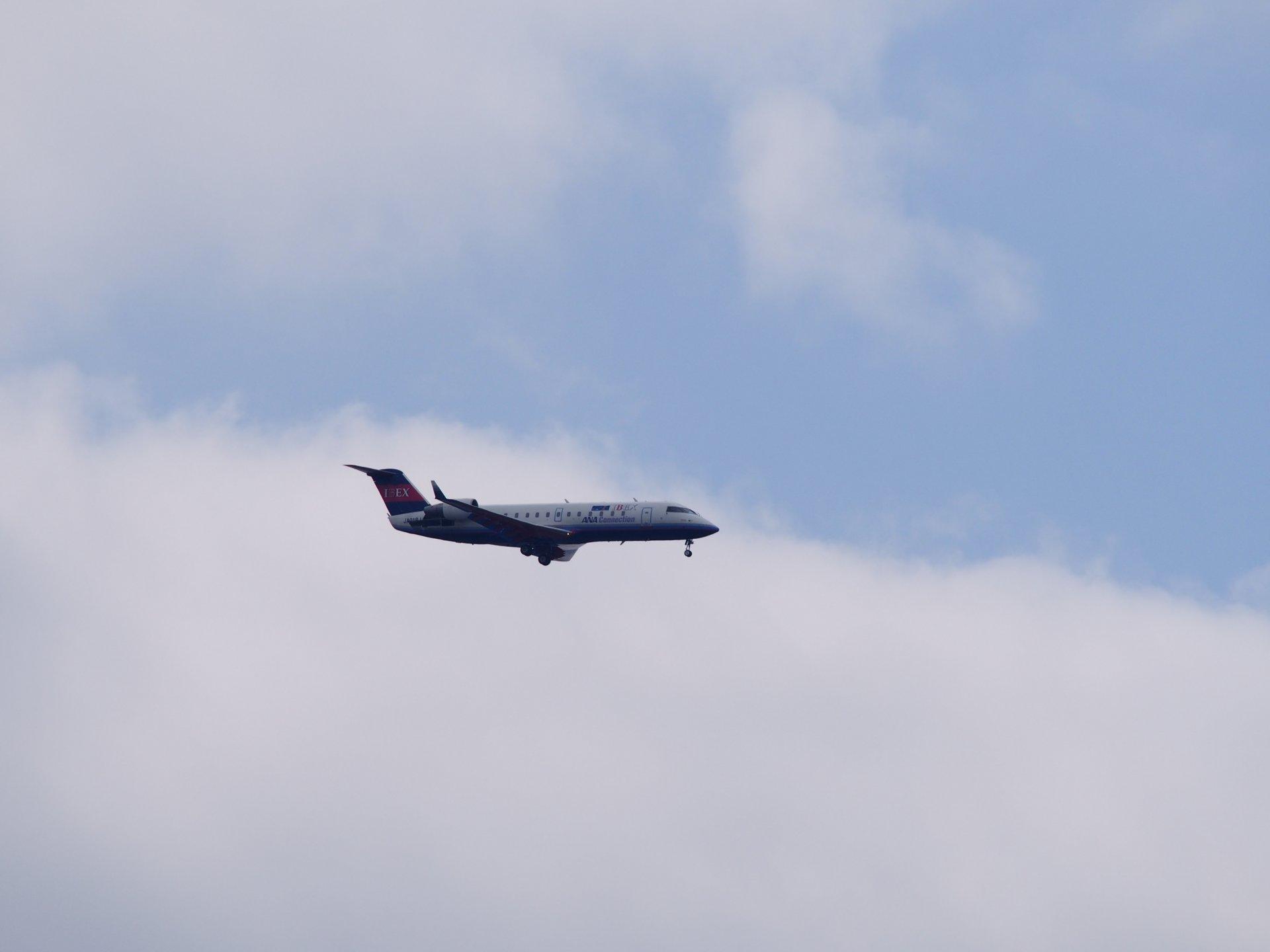 CRJ200と雲のコントラストが美しい。