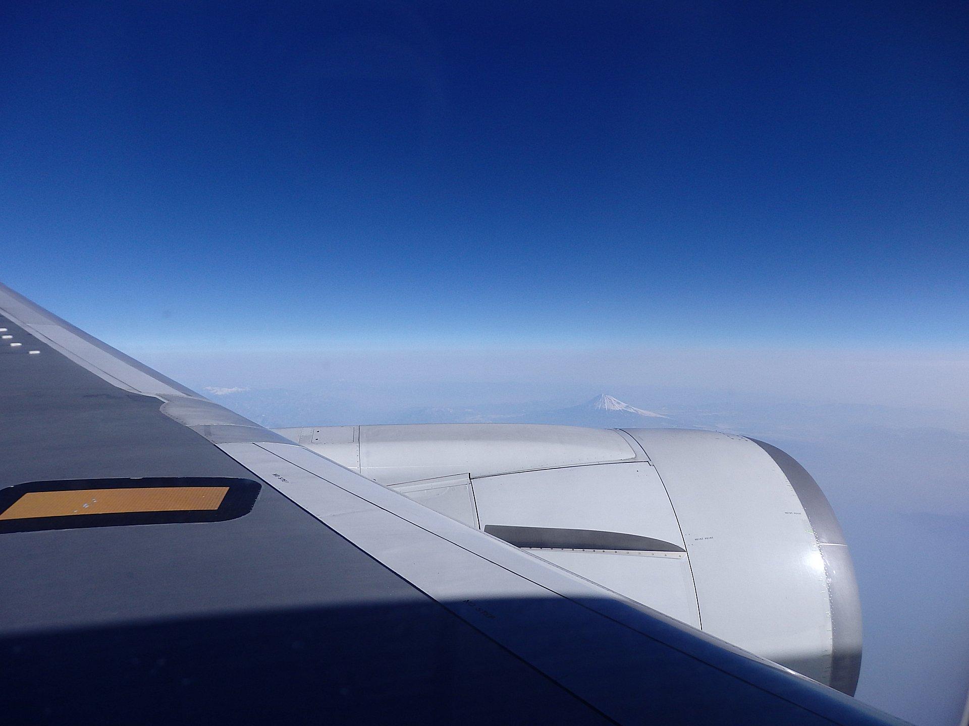 富士山や南アルプスがPM2.5の靄の中から頭を出しています。