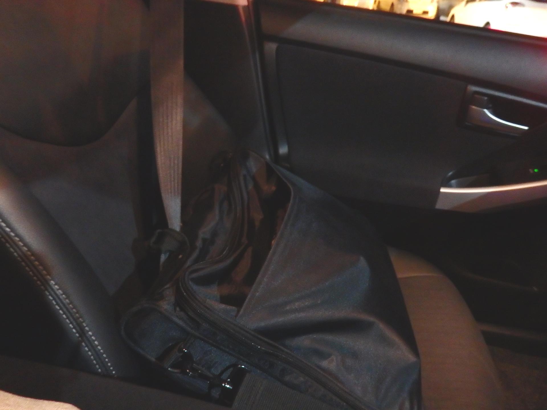 シートベルトをストラップに引っ掻ける方法です。<br />