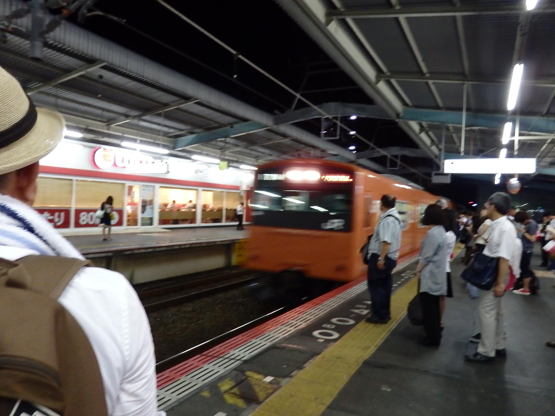 ほぼ満員の内回り電車です。