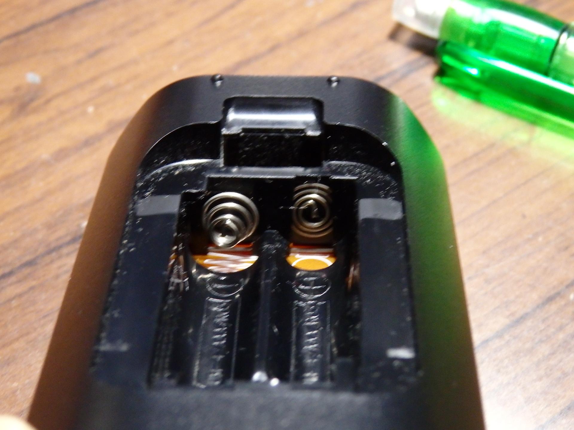 電極の作りがチャチなLGリモコンです。