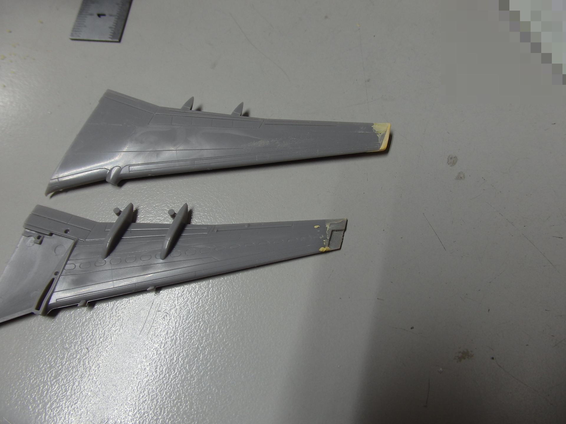 パテで翼端面修整中です。