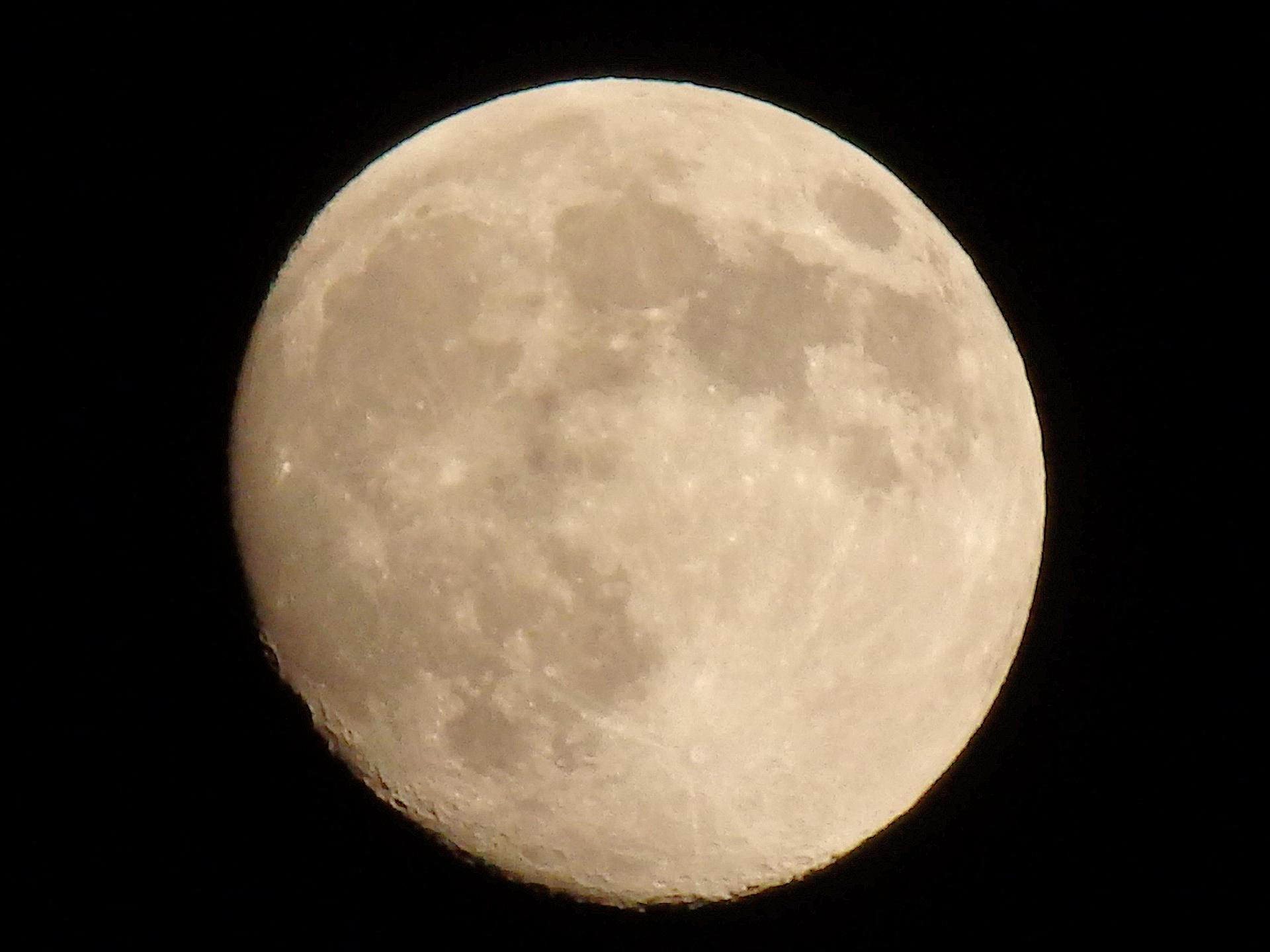 超々望遠(デジタルズーム)で撮影した月です。