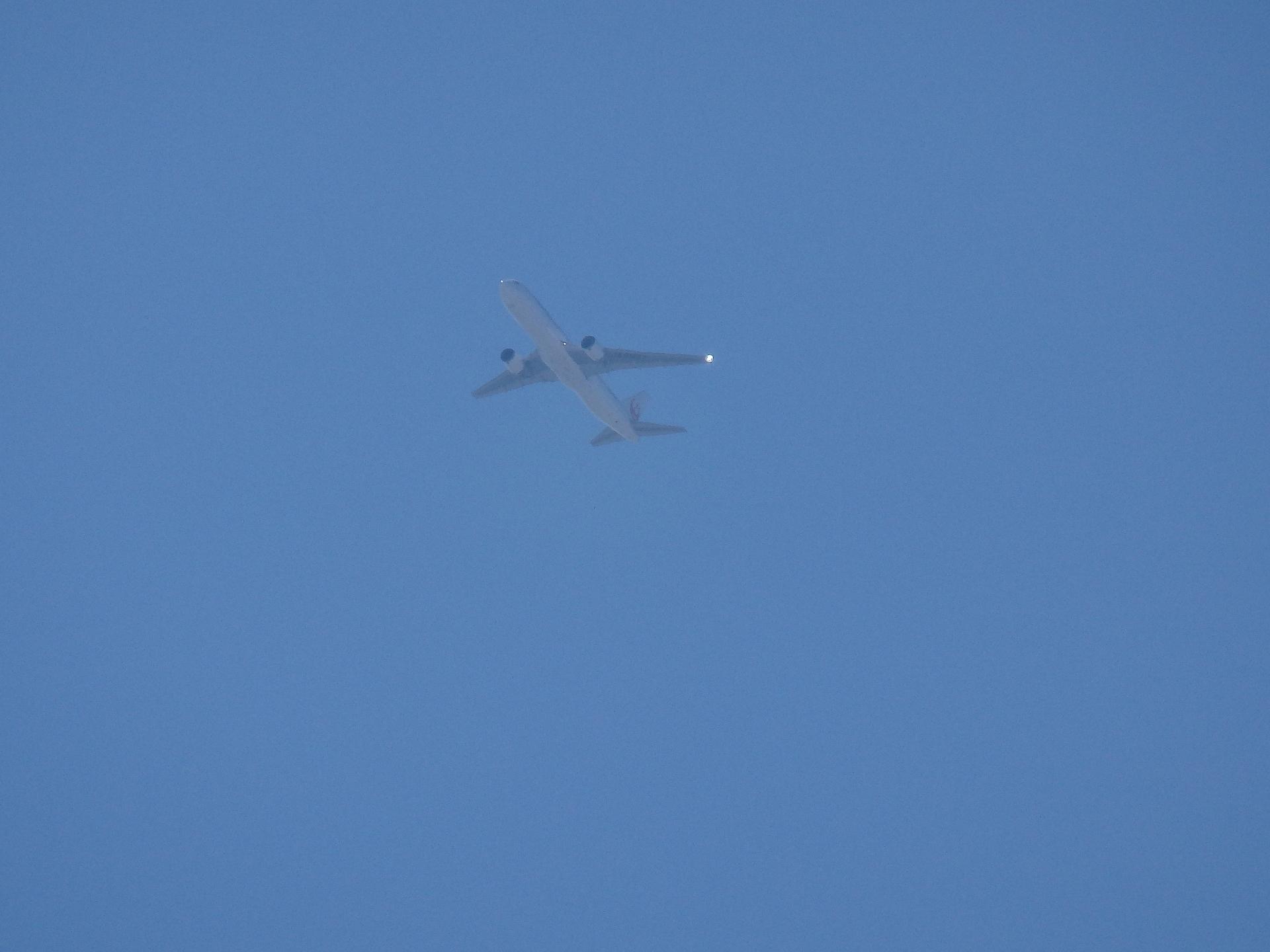 病院上空を飛ぶB777です。