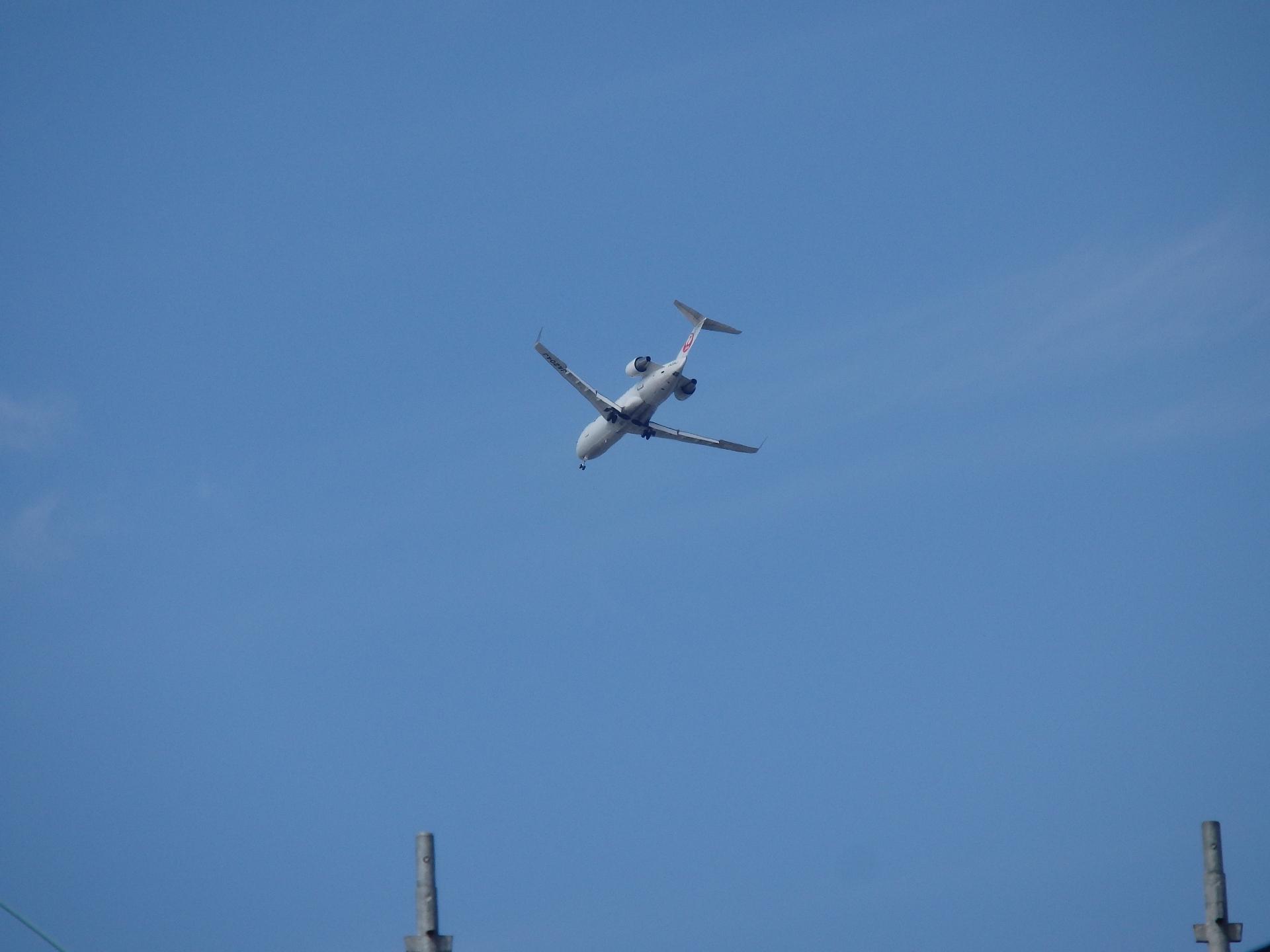 有視界飛行で着陸進入するJALのCRJ200。